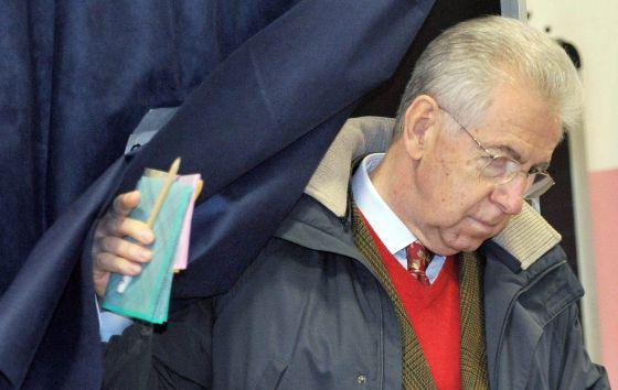 Mario Monti vota en Milán.