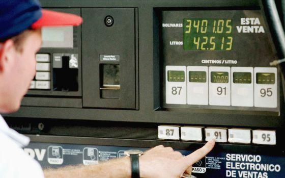 Un surtidor de gasolina en una estación de Caracas.