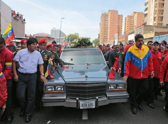 El boliviano Morales (i) y el vicepresidente venezolano Maduro encabezan el cortejo fúnebre.