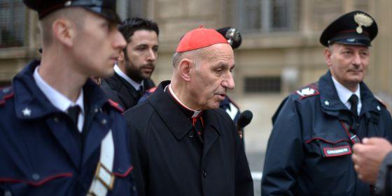 El cardenal Severino Poletto se dirige esta mañana a una de las reuniones previas al cónclave.