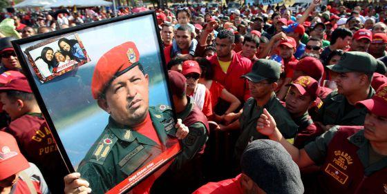 Simpatizantes de Chávez despiden al presidente.