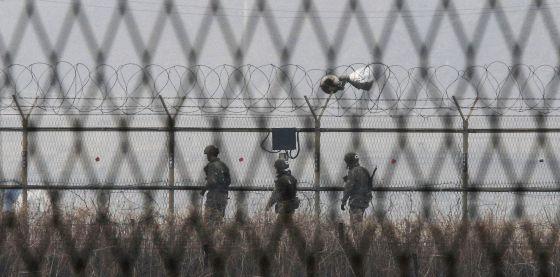 Soldados de Corea del Sur patrullan en la frontera este jueves.