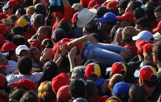 Una seguidora de Chávez sufre un desmayo en la cola de la capilla ardiente