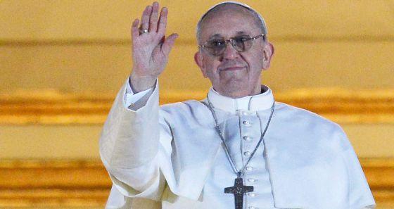 El nuevo Papa, el argentino Jorge Bergoglio, saluda desde el balcón de la basílica de San Pedro.