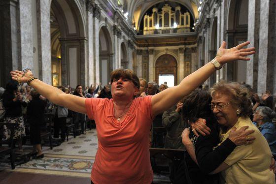 Fieles en la catedral de Buenos Aires celebran la elección de Bergoglio