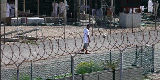 Un preso en el centro de detención de la base militar de EEUU en Guantánamo (Cuba).