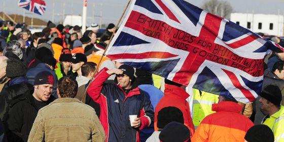 Trabajadores protestan contra la contratación de extranjeros en Lindsey (Inglaterra).