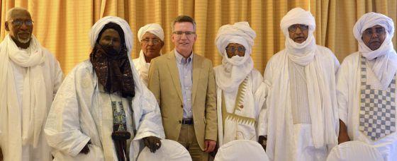 El ministro de Defensa alemán, Thomas de Maiziere, se reúne con representantes gubernamentales en Bamako, Mali, a mediados de marzo.