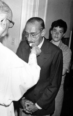 El dictador Jorge Videla toma la comunión.