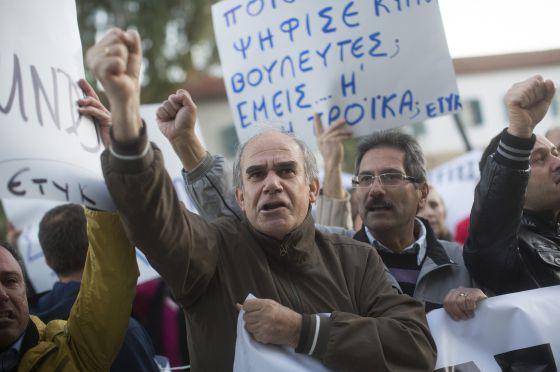 Manifestantes chipriotas ante el ministerio de Finanzas en Nicosia.