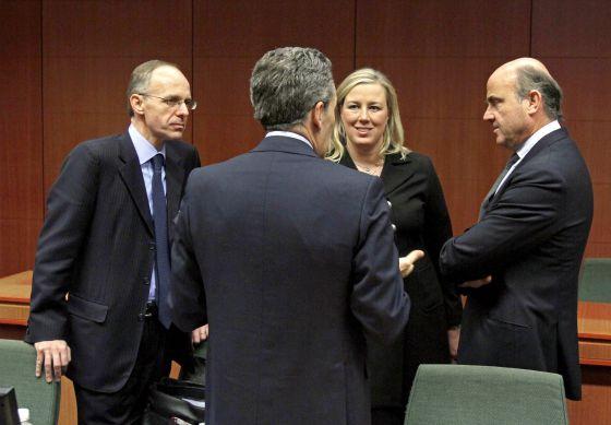 De izda a dcha, Luc Frieden, ministro de economía de Luxemburgo, Jutta Urpilainen de Finlandia y el español Luis de Guindos, al inicio de la reunión del Eurogrupo en Bruselas.