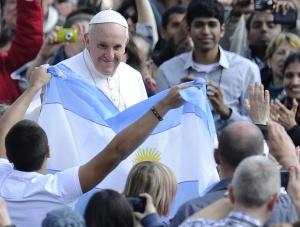 El papa Francisco junto a unos fieles argentinos en El Vaticano.