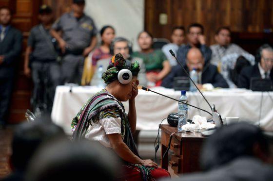 Una de las víctimas llora durante su testimonio en el juicio contra Ríos Montt en Guatemala.