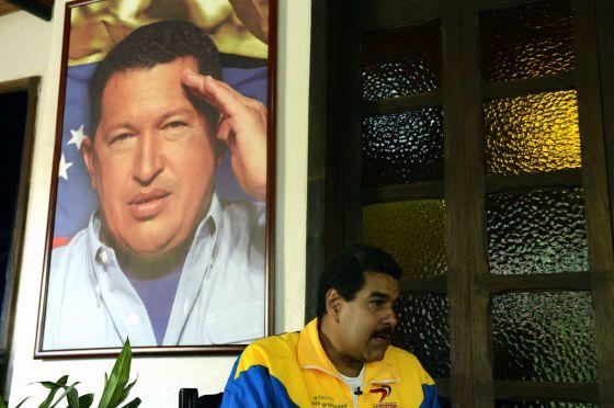 El candidato Nicolás Maduro, ante un retrato de Chávez.