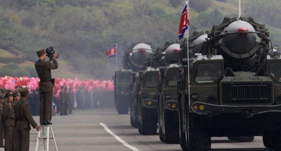 Desfile militar de vehículos con misiles en Pyongyang en 2010.
