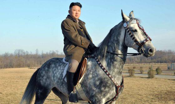 Kim Jong-un supervisa un entrenamiento militar montado a caballo