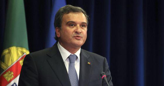 El ministro portugués de Asuntos Parlamentarios, Miguel Relvas, anuncia su dimisión.