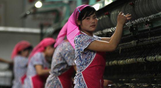 Trabajadoras en una fábrica de seda.