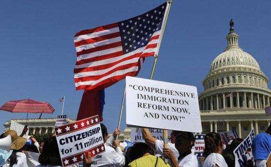 Manifestantes reclaman frente al Capitolio de Washington una nueva ley de inmigración.