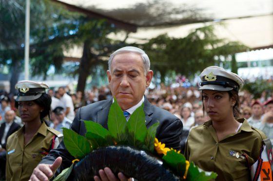 Benjamín Netanyahu deposita una corona de flores en un acto de homenaje a los caídos por Israel en el 65 aniversario del país.