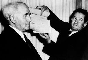 David Ben Gurión, a la izquierda, tras declarar la independencia de Israel en 1948.