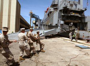 Desembarco, el 9 de abril, de material militar de EE UU para las maniobras en el puerto de Agadir (Marruecos).