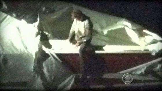 Dzhokhar Tsarnaev, sospechoso de los atentados en el maratón de Bostón, se entrega a la policía.