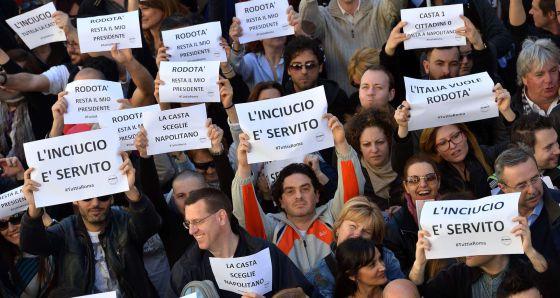 """Seguidores de Grillo protestan contra Napolitano: """"El desastre está servido"""", dicen los carteles."""