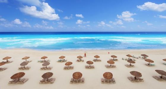 Sombrillas en una playa de Cancún, en México.