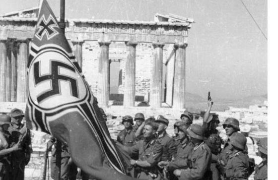 Izado de la esvástica en la Acrópolis de Atenas en 1941.