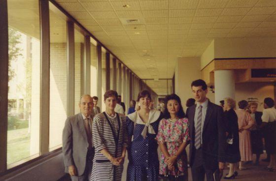 Montes, con su familia en un centro de entrenamiento del FBI en Quantico en 1989. De izquierda a derecha, su padre, Alberto; Ana; su hermana Lucy; su cuñada Joan y su hermano Tito.