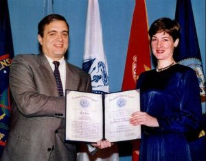 Montes recibe un diploma del director de la CIA, George Tenet, en 1997.