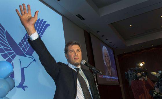 Bjarni Benediktsson, líder del Partido de la Independencia, saluda a sus partidarios tras las elecciones.