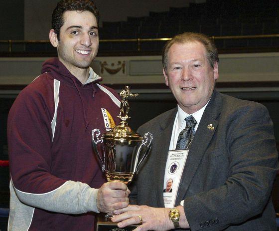 Tamerlán Tsarnaev recoge el trofeo que lo acredita como vencedor de un torneo de boxeo en Massachusetts, en 2010.