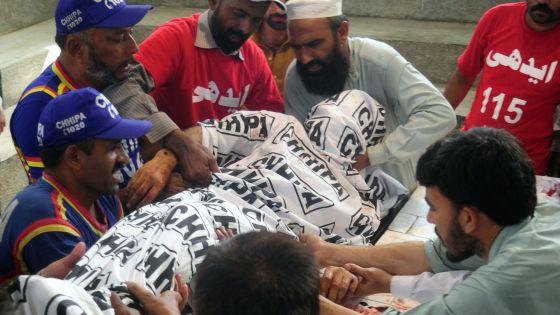 Un grupo de paquistaníes portan el cuerpo del candidato asesinado este viernes, Sadiq Zaman Khattak.