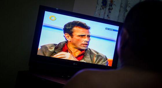 Un hombre ve una entrevista a Capriles en Globovisión.