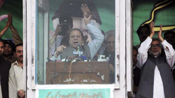 El favorito ante las elecciones, Nawaz Sharif, da un mitin.