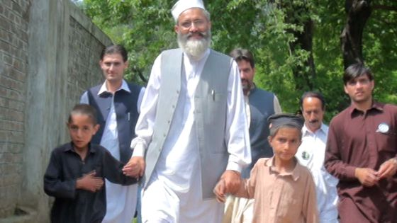 El candidato Siraj lleva de la mano a los hermanos Hamid y Gul-Khan.