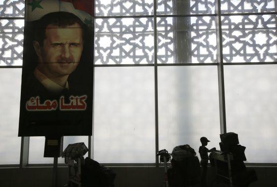 Un retrato de Bachar El Asad en el aeropuerto de Damasco.