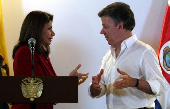 Juan Manuel Santos, presidente de Colombia, y Laura Chinchilla, este miércoles en Cali durante la firma de un Tratado de Libre Comercio entre ambos países.