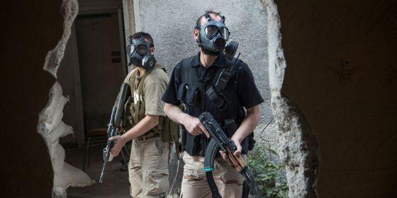 Combatientes de la brigada Tahrir, de la oposición siria, en el frente de Jobar, cerca de Damasco, con máscaras antigás.rn