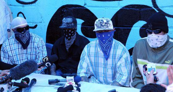 Miembros de la pandilla 18 hablan con la prensa.