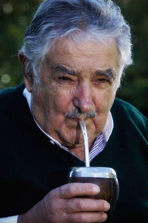 El presidente José Mujica toma mate tras la entrevista.