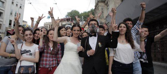 Una pareja de recién casados con un grupo de manifestantes en Estambul.