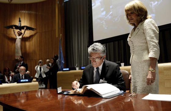 El vicepresidente de Costa Rica junto a Patricia O'Brien.