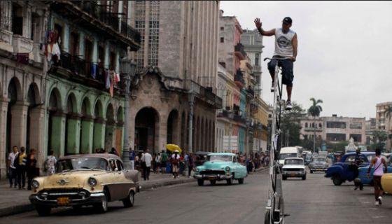 Un hombre en una bicicleta por las calles de La Habana.