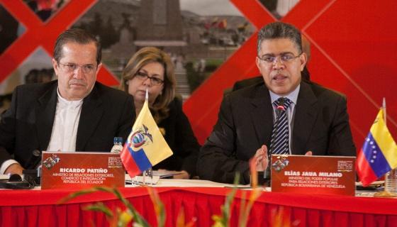 Los cancilleres de Ecuador (Patiño) y Venezuela (Jaua, de corbata).