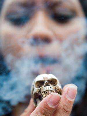 Una mujer fuma en pipa en una manifestación para la legalización de la marihuana en México.