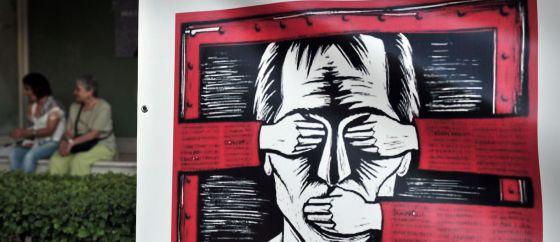 Un cartel protesta contra el cierre de la televisión pública griega en un suburbio de Atenas.