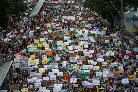Miles de personas marchan en Recife este jueves.